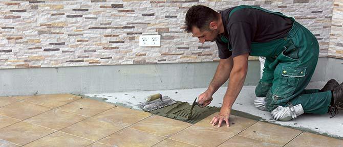 Plavuizen Over Plavuizen.Plavuizen Leggen Op Een Betonvloer Aannemerswerken Van Renovatie